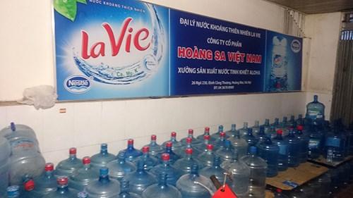 Để tránh bị phát hiện, đối tượng sản xuất làm nhiều đợt, bán hết lại sản xuất tiếp. Theo trinh sát, các đối tượng rất tinh vi khi nhằm vào người tiêu dùng không để ý đến những thay đổi ở nắp bình và ở cổ bình nước khoáng thiên nhiên Lavie 19 lít.