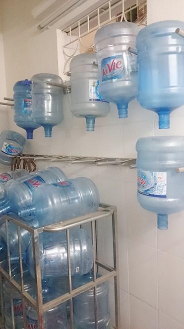 Tại cơ quan điều tra, Thành khai nhận, lợi dụng vào việc công ty có xưởng sản xuất nước uống đóng chai Aloha, công ty đã ký hợp đồng tiêu thụ sản phẩm Lavie với Công ty TNHH Lavie. Sau đó, lấy vỏ bình nước khoáng thiên nhiên Lavie đóng nước vào rồi dán Capseal (màng co) và nhãn Lavie dán lên miệng bình mang đi tiêu thụ.